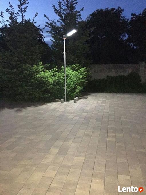 Lampa solarna LED+pilot oświetla teren i posesję Bielawa