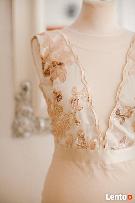 6a89788a8f ... Beżowa ołówkowa sukienka wieczorowa midi z głębokim dekoltem - 4 ...