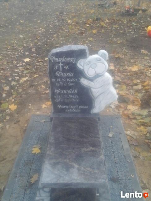 Tablice pamiątkowe.Dopisywanie liter na cmentarzu Łomża.