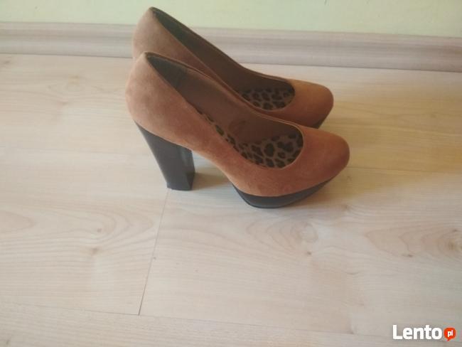 Camelowe zamszowe buty na słupku 37 Atmosphere