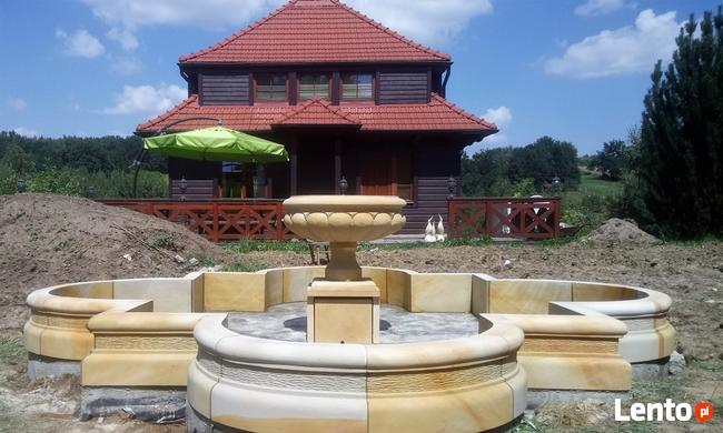 Duża i ryginalna fontanna z kamienia -piaskowiec