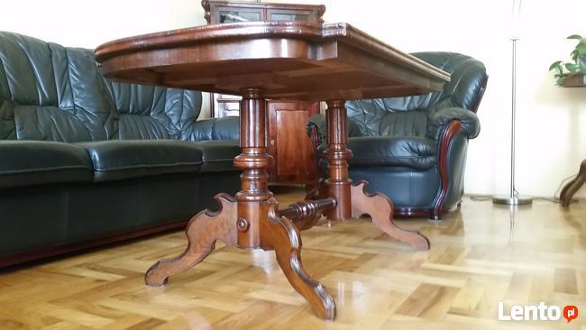 Drewniany elegancki stół, ława w wysokim połysku