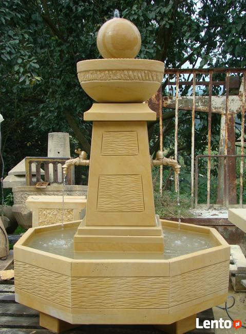 Piękna fontanna z naturalnego kamienia
