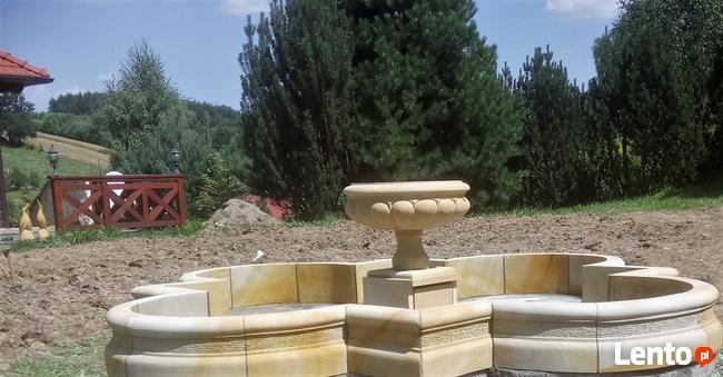 Piękna fontanna ogrodowa z piaskowca, naturalnego kamienia
