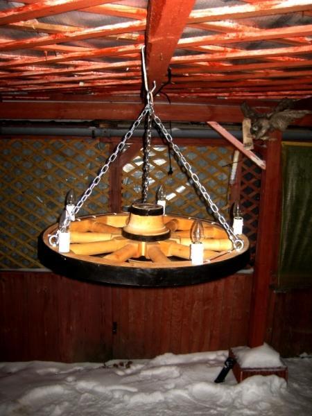 żyrandol koło drewniane
