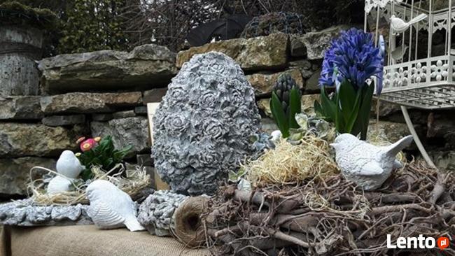 Ciekawa ozdoba do ogrodu jajko betonowe