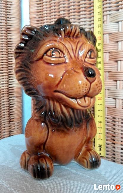 LEW - 22cm figurka ceramiczna szkliwiona/ kamionka SKARBONKA