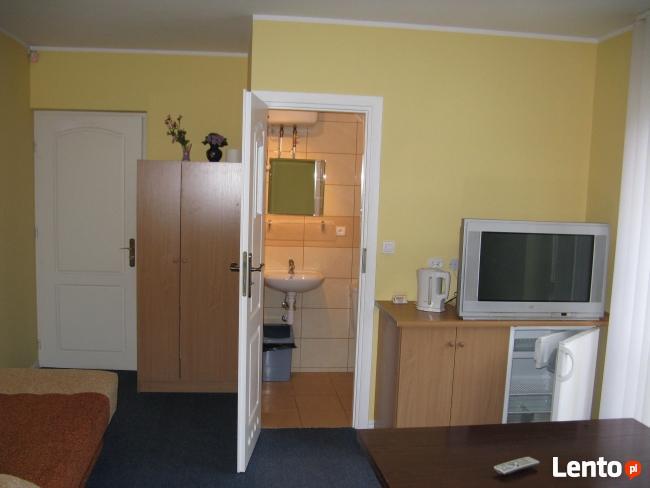 Pokoje z łazienkami blisko molo i Grand Hotelu.
