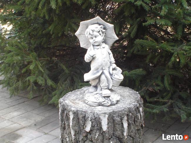 Figurka chłopczyka z parasolką