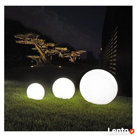 Mały zestaw kul ogrodowych świecących na biało.