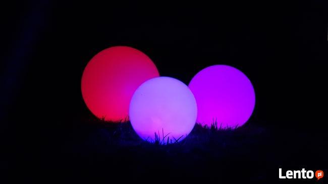 Duży zestaw kul ogrodowych świecących na kolorowo.