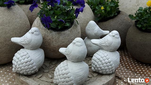 Ptaszek na żołędziu figurka betonowa do ogrodu