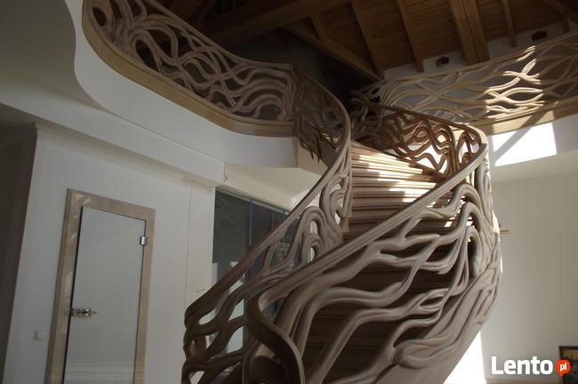 Schody gięte, rzeźbione, balustrady rzeźbione.