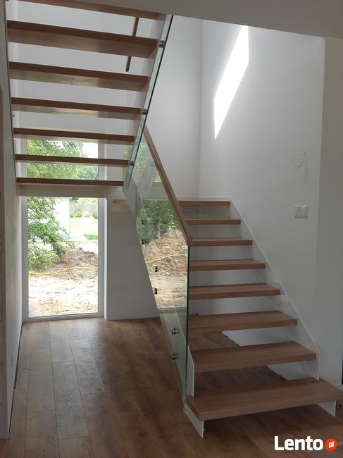 Schody i podłogi z drewna.