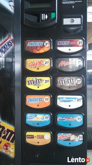 Automat do sprzedaży batonów.