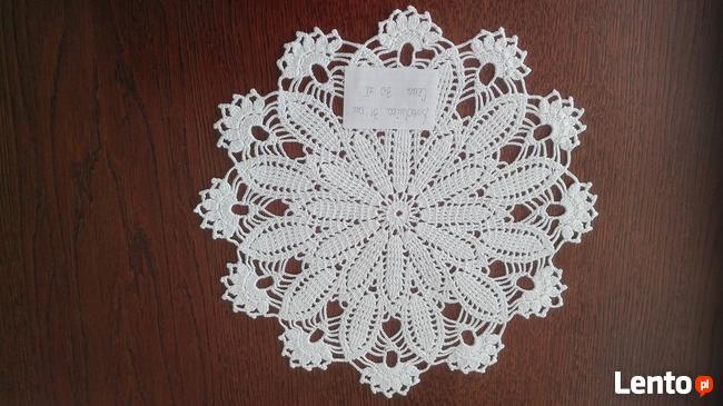 szydełkowe serwetki w kolorze białym