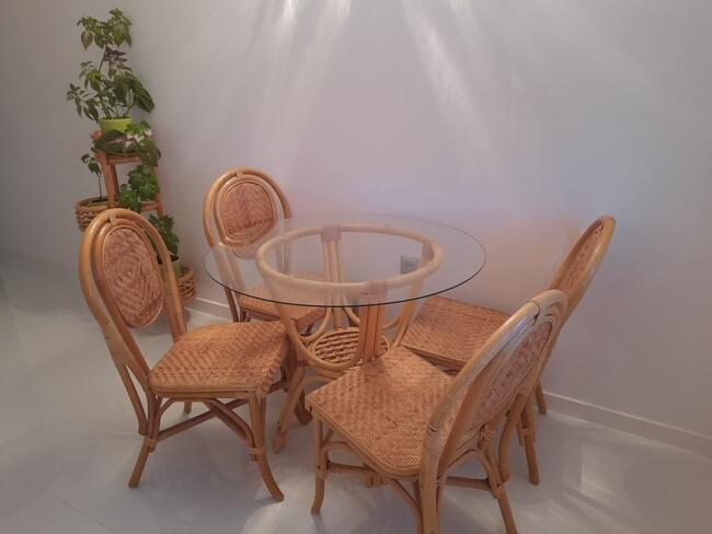 stół, 4 krzesła, kwietniki RATTANOWE
