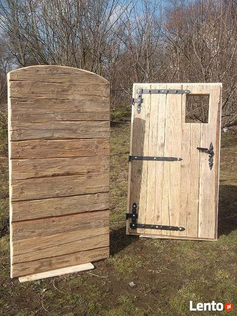 Renowacja drzwi-bram wejściowych oraz schodów.