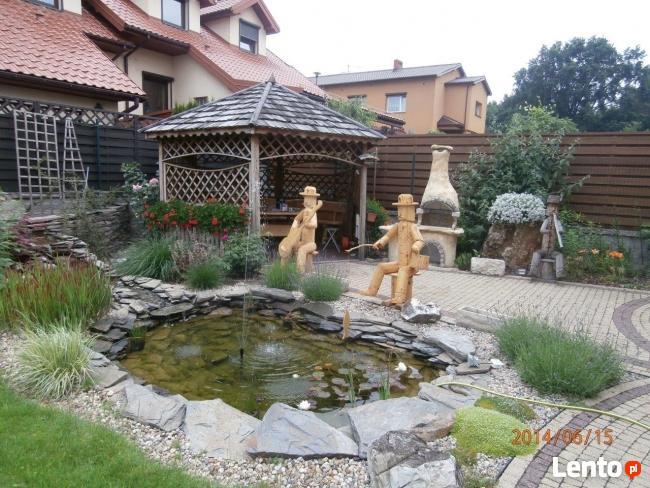 Dom z oczkiem wodnym w zielonej cichej okolicy