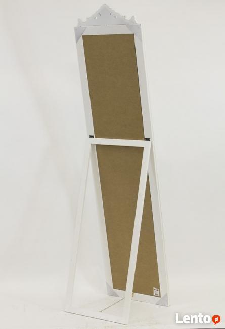 duże stojące białe lustro z ramą stylizowaną