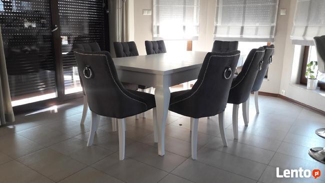Pikowane tapicerowane krzesło z kołatką pinezkami ćwiekami