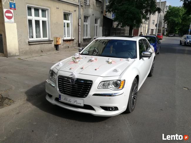 Piękna Lancia Thema o kolorze białej perły do.ślubu w Łodzi