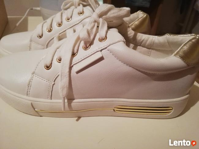 nowe sportowe buty w białym modnym kolorze
