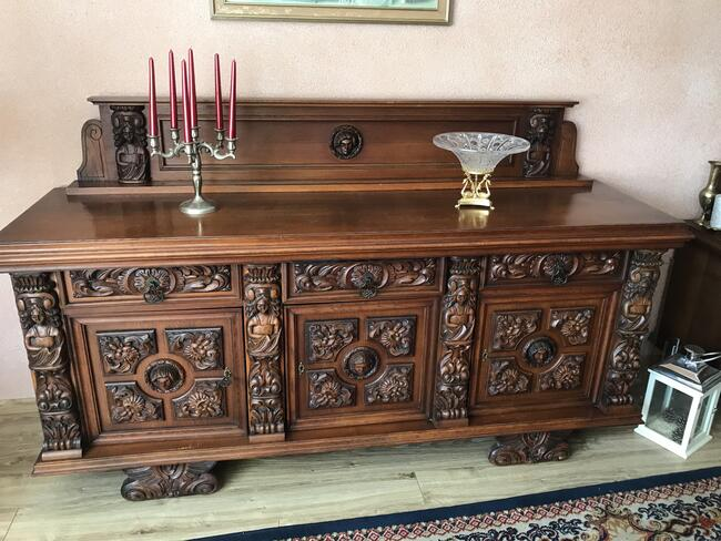 Meble drewniane w stylu starogdańskim z rzeźbionymi frontami