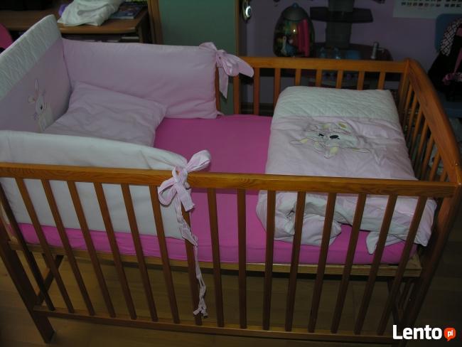 Różowa osłonka na łóżeczko dziecęce.