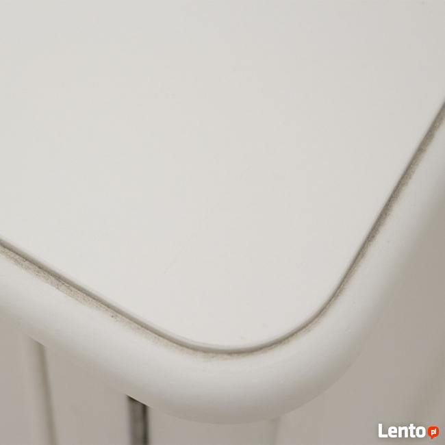 biała drewniana komoda w stylu prowansalskim