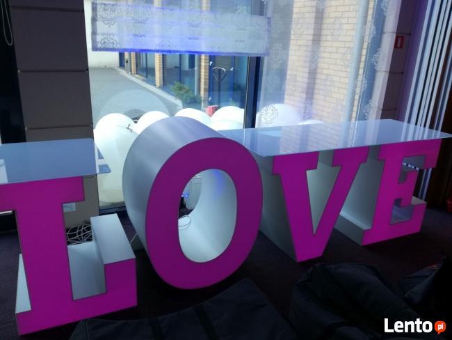 Największy na rynku podświetlany napis LOVE jako stół słodko