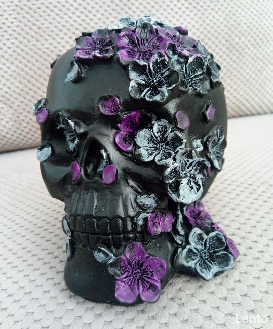 Czarna czaszka obsypana fioletowymi kwiatami skull