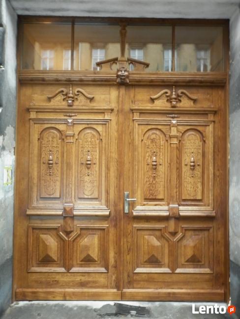 Repliki stylizowanych drzwi i bram w zabytkowych kamienicach