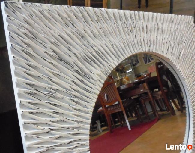 okrągłe lustro w białej stylizowanej kwadratowej ramie