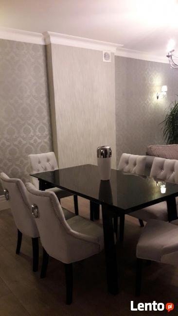 Krzesło z kołatką tapicerowane pinezki ćwieki nity pikowane