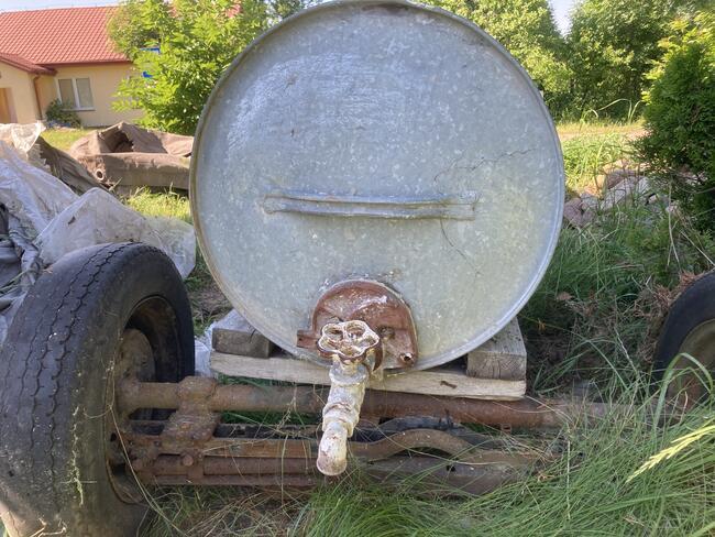 Metalowa beczka zbiornik na wodę