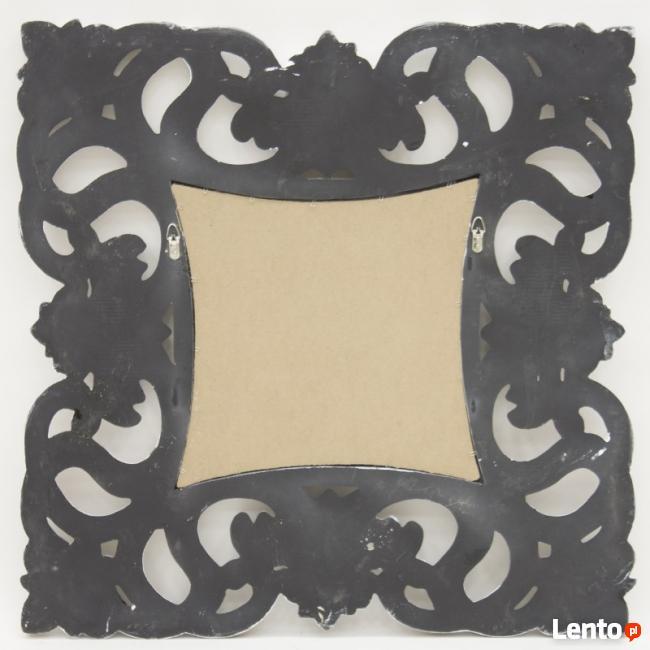 Stylowe kwadratowe lustro w przecieranej zdobionej ramie