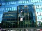 Mycie powierzchni szklanych okien, witryn, biurowców, budynk