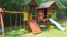 Plac zabaw ze zjeżdżalnią dla dzieci, domek ogrodowy