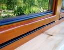 Wymiana szyb w oknach drewnianych, montaż listw okapowych