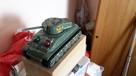 zabawka czołg jeżdżący i strzelajacy
